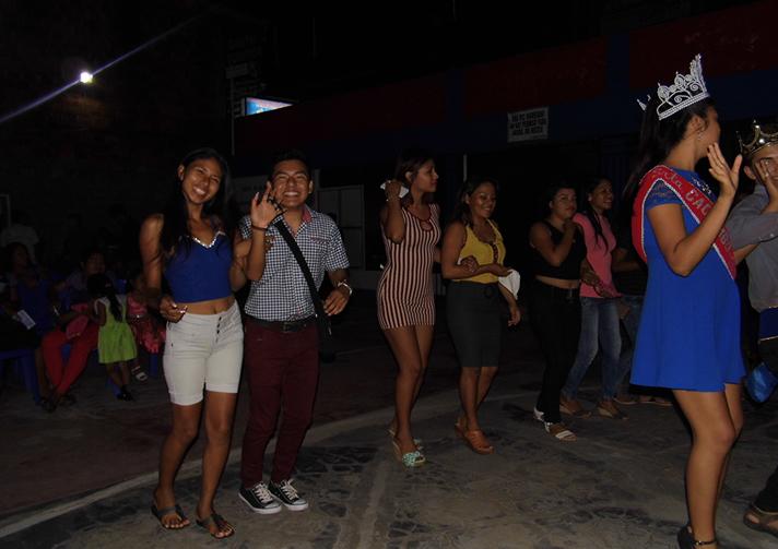 Alumnos participando de la danza