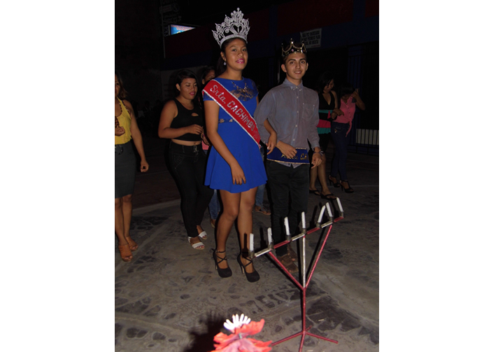 Srta y Míster Cachimbo participando de la danza